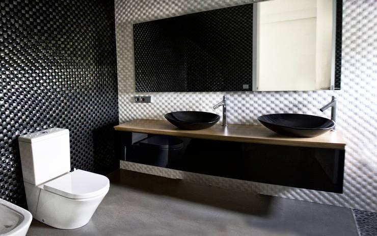 baño de la habitación principal: Hogar de estilo  de CEL-RAS