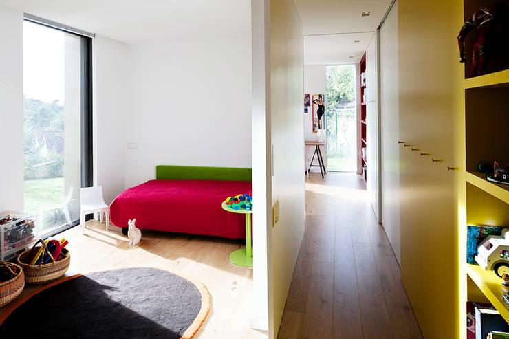 Casa en la Floresta: Casas de estilo  de fusina 6