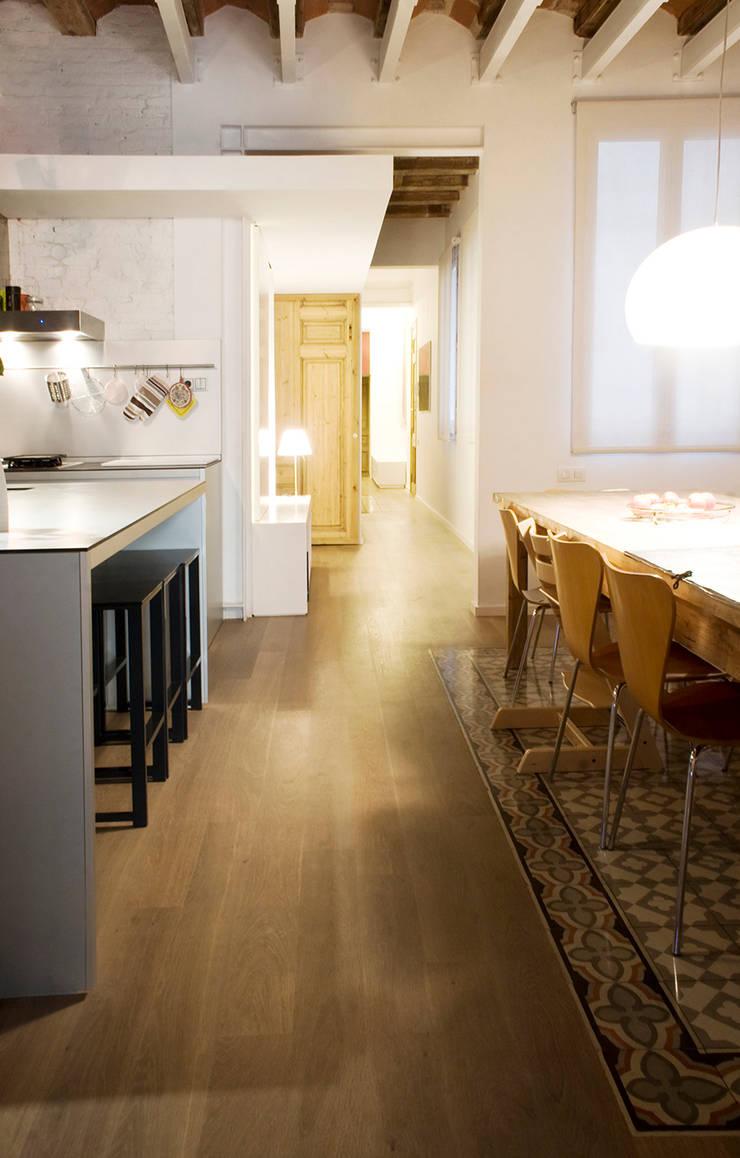 Apartamento en el Gótico: Casas de estilo moderno de fusina 6