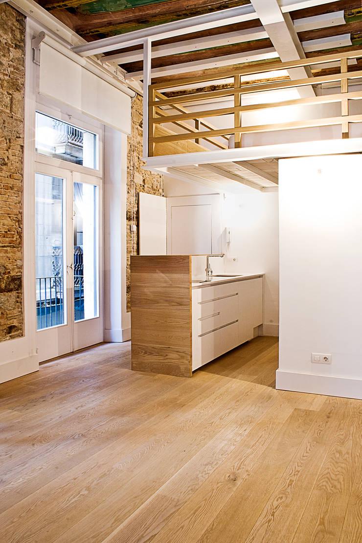 Apartamento en el Born: Pasillos y vestíbulos de estilo  de fusina 6
