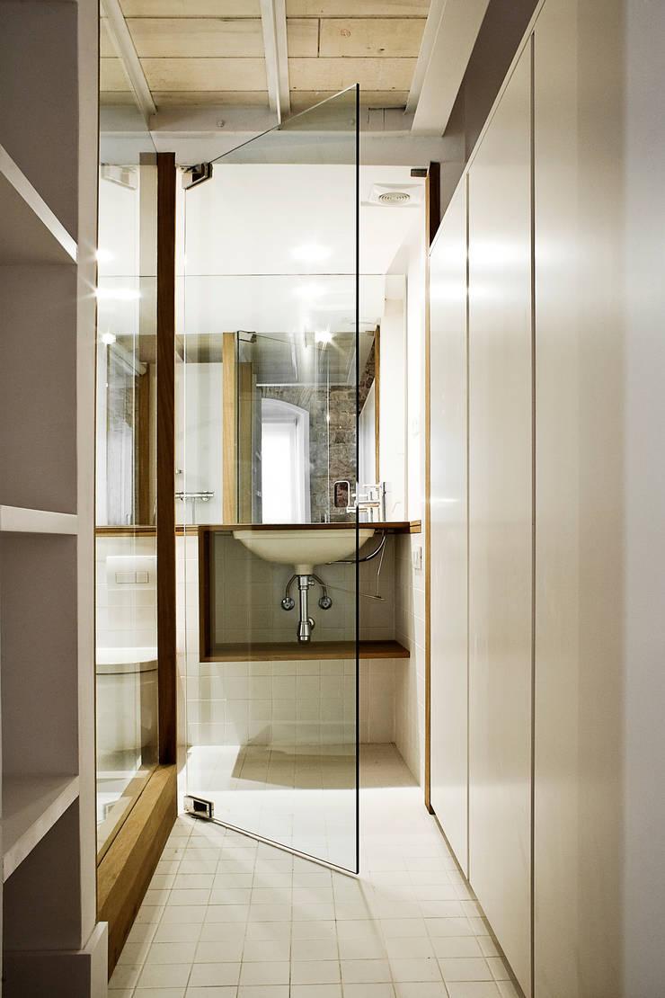 Apartamento en el Born: Baños de estilo  de fusina 6
