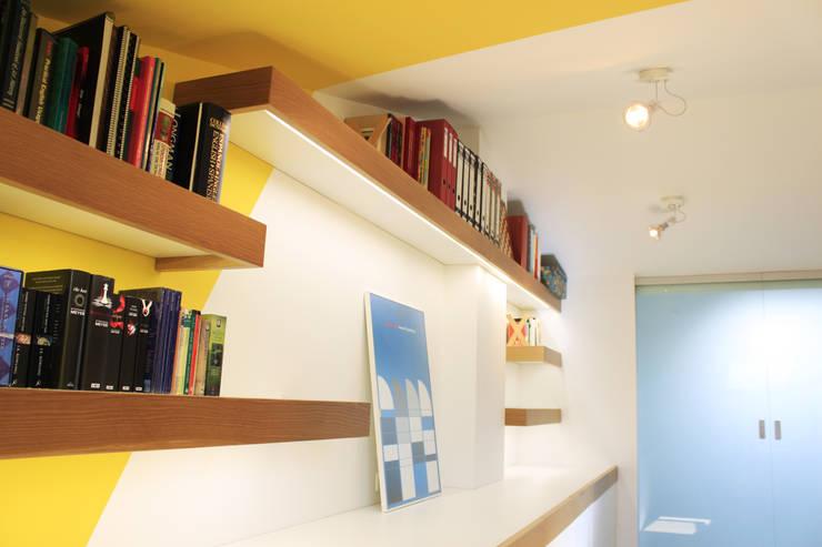 Estudio, lavandería y baño abohardiallados en Binéfar : Estudios y despachos de estilo  de ALBERT SALVIA dissenyador d'interiors