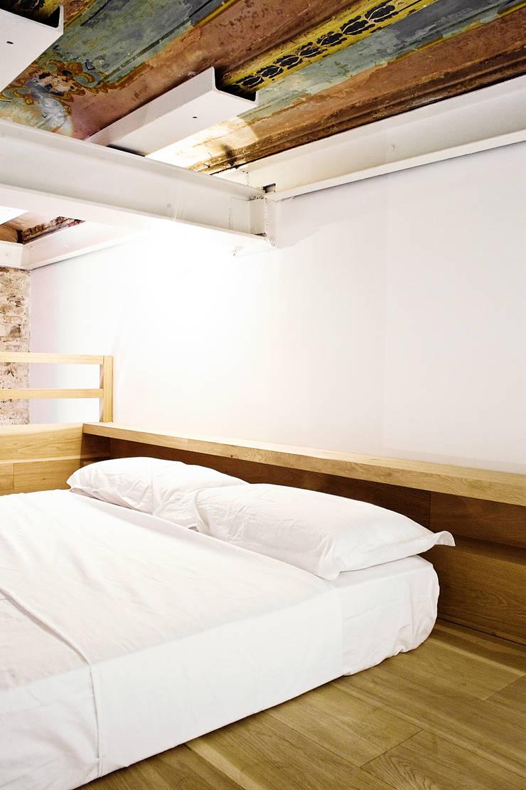 Apartamento en el Born: Dormitorios de estilo  de fusina 6