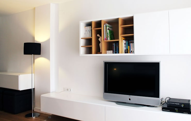 Vivienda en blanco i negro: Casas de estilo  de lauraStrada Interiors
