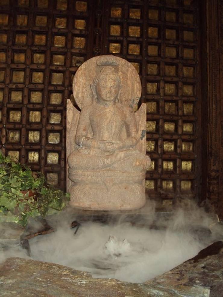 Buddah de piedra: Hogar de estilo  de Salablanca Furniture & Decoration