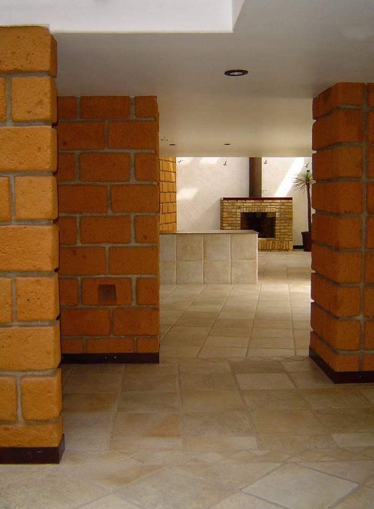 casa arboledas:  de estilo  por CESAR MONCADA S