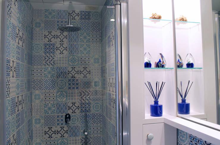 Baños de estilo  por lauraStrada Interiors
