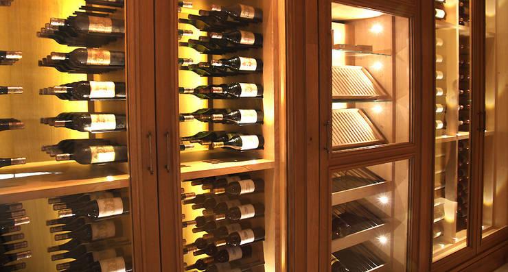 Armoire à vin sur mesure en chêne naturel: Cave à vin de style  par Degré 12