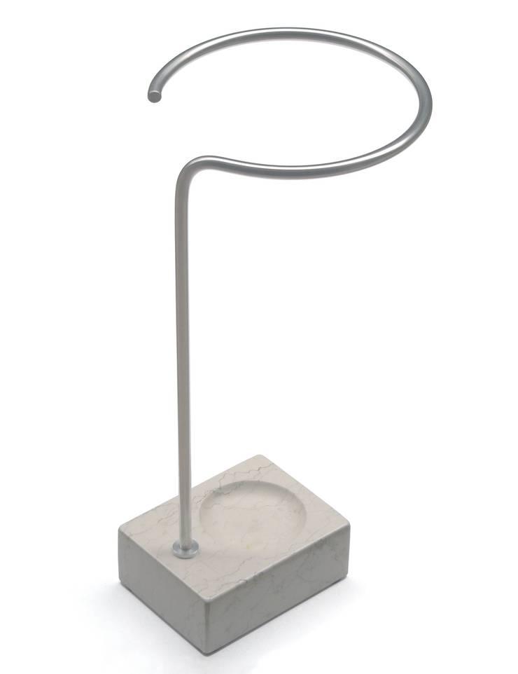 KEIM J 2, portaombrelli: Ingresso, Corridoio & Scale in stile  di Insilvis Divergent Thinking