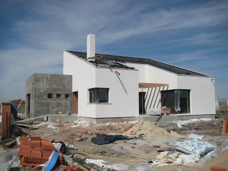 Vivienda unifamiliar aislada: Casas de estilo  de ADDEC arquitectos