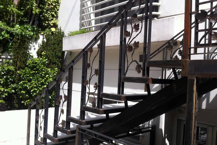 Escalera durante la obra:  de estilo  de Slabon  Forja Creativa