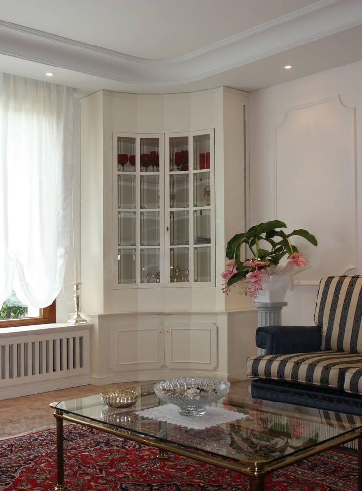 ARREDO INTERNO: Soggiorno in stile  di Studio di Progettazione e Grafica Giorgio Da Villa,