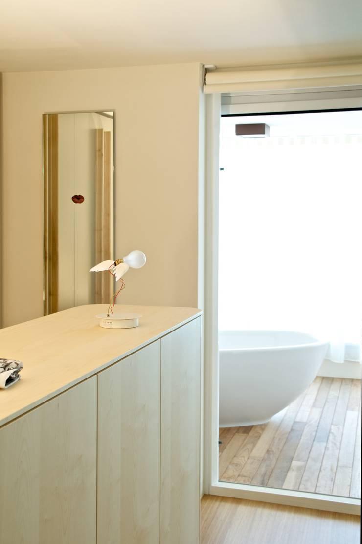 Casa BT.BM: Bagno in stile  di Angeli - Brucoli Architetti, Moderno
