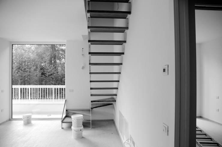 Casa BT.BM: Ingresso & Corridoio in stile  di Angeli - Brucoli Architetti, Moderno