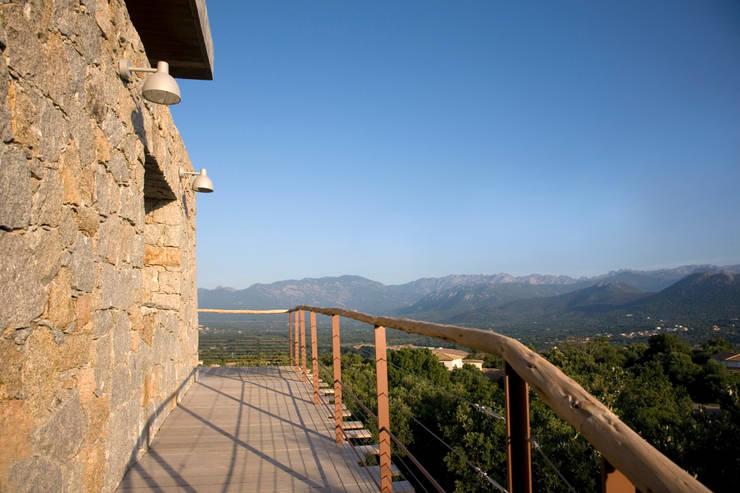 le cheminement vers l'entrée: Maisons de style de style Méditerranéen par Vezzoni Associés