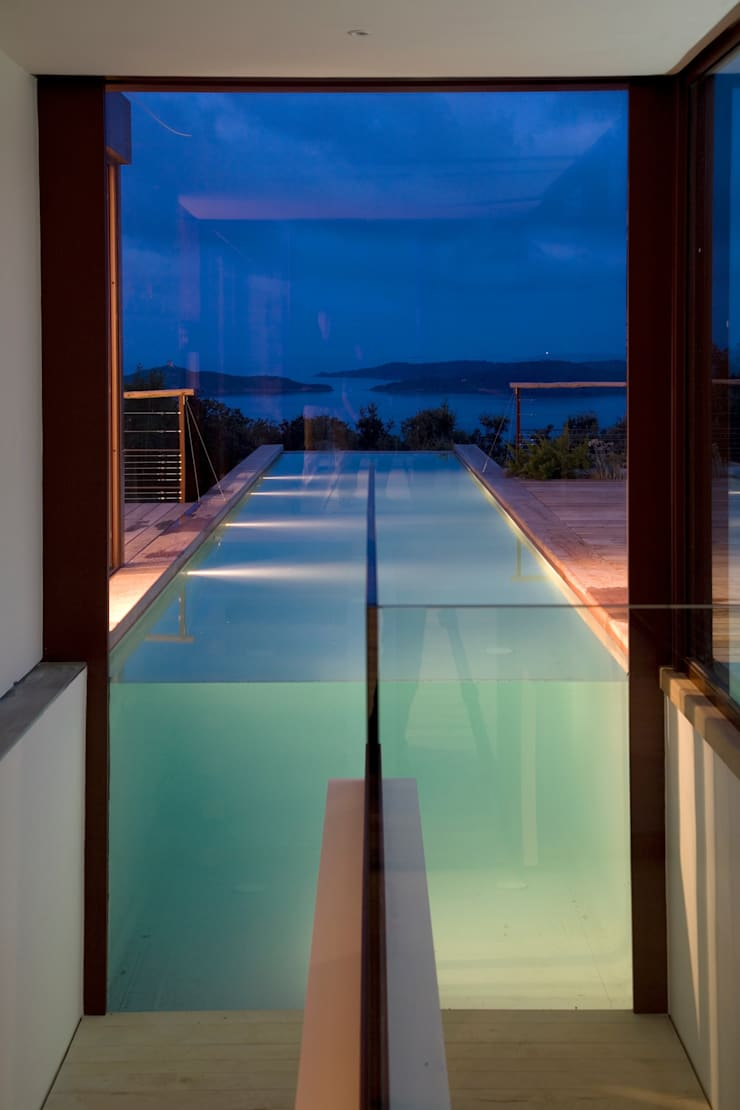 bassin de natation depuis l'escalier: Piscines  de style  par Vezzoni Associés