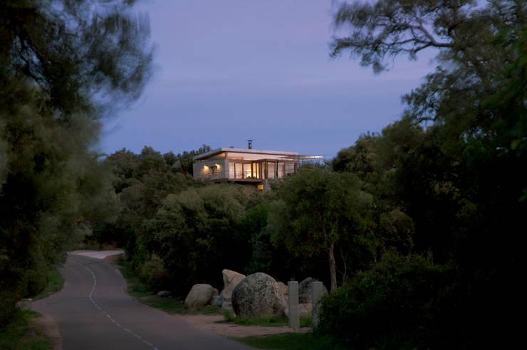 Vers la villa: Maisons de style  par Vezzoni Associés