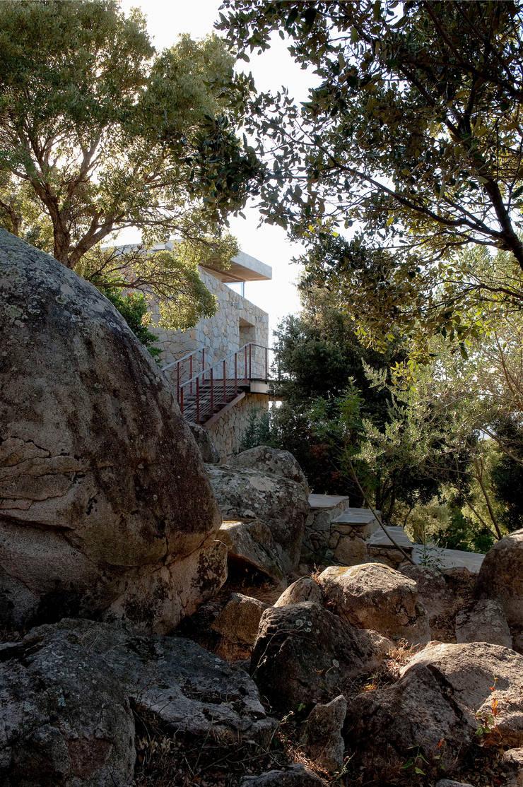 Le granit naturel du site: Maisons de style  par Vezzoni Associés