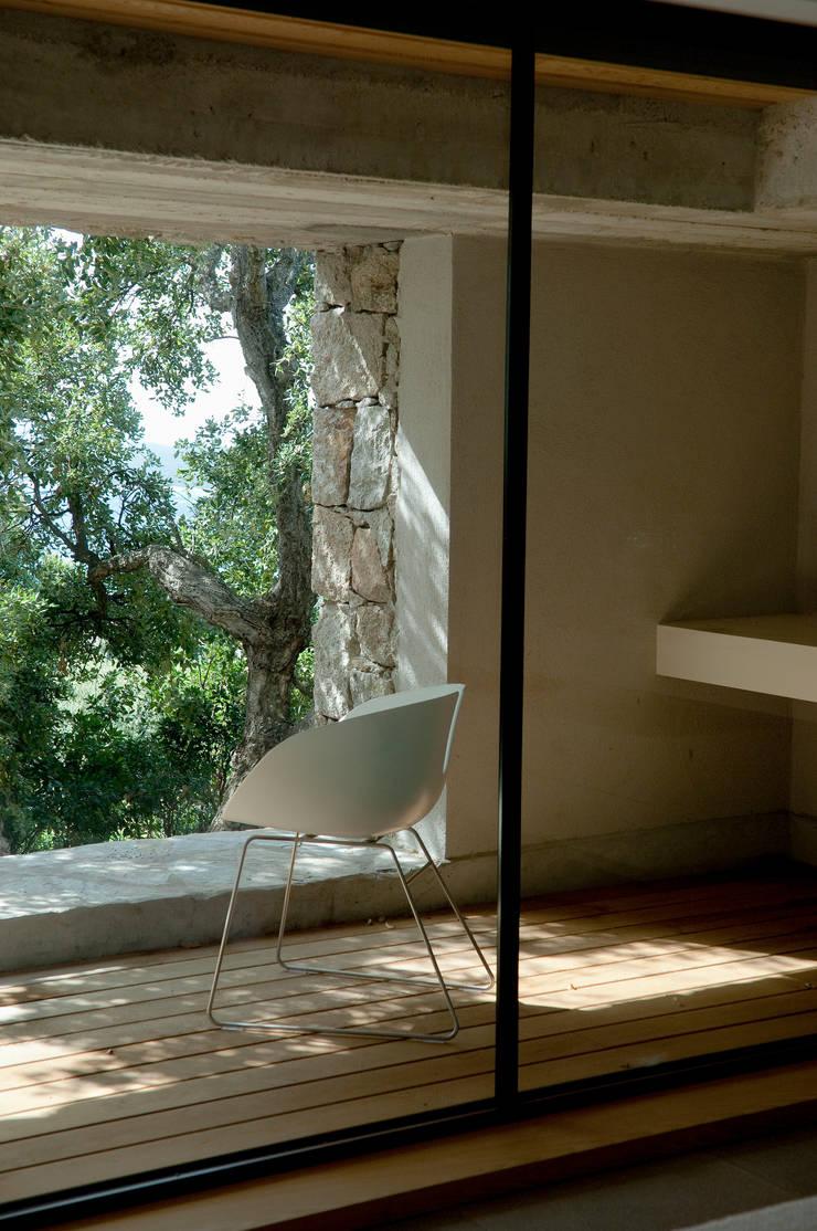 intérieur terrasse de chambre: Salon de style de style Méditerranéen par Vezzoni Associés