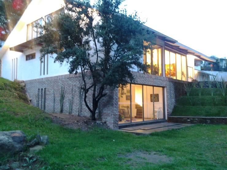 casa canterburry: Jardines de estilo moderno por CESAR MONCADA S