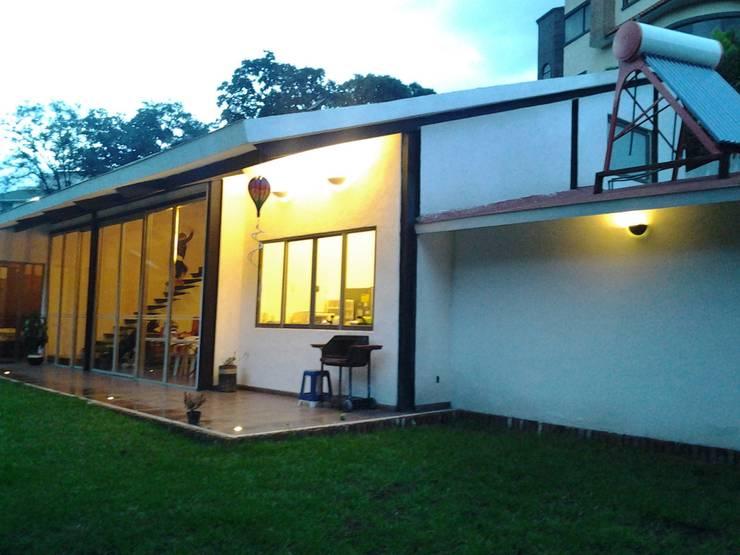 casa canterburry: Jardines de estilo  por CESAR MONCADA S