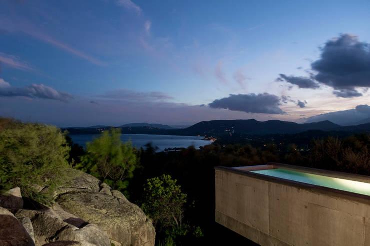 le bassin suspendu sur la nature: Piscines  de style  par Vezzoni Associés
