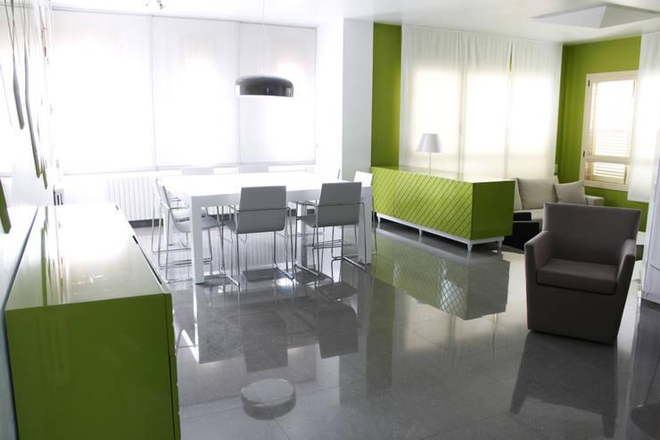 Estar-comedor Verde Chocolate: Comedores de estilo moderno de ALBERT SALVIA dissenyador d'interiors