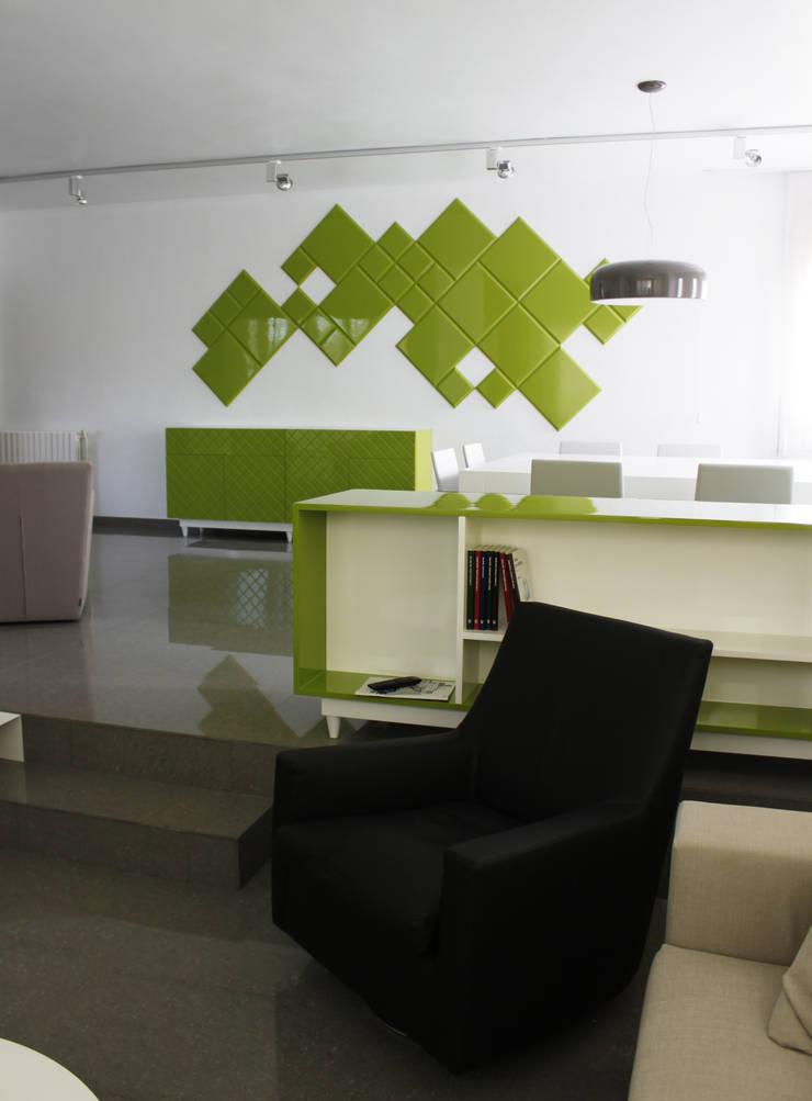 Estar-comedor Verde Chocolate: Comedores de estilo  de ALBERT SALVIA dissenyador d'interiors