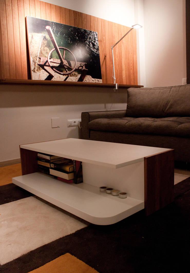 Estar-comedor en iroko: Comedores de estilo  de ALBERT SALVIA dissenyador d'interiors
