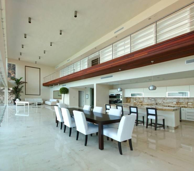 Condominio frente al mar: Comedores de estilo  por arqflores / architect