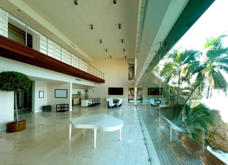 Condominio frente al mar: Pasillos y recibidores de estilo  por arqflores / architect