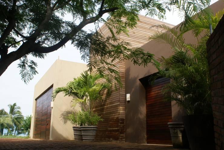 Condominio frente al mar: Casas de estilo  por arqflores / architect