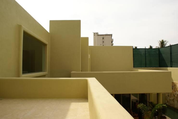 Casa K Balcones y terrazas minimalistas de arqflores / architect Minimalista