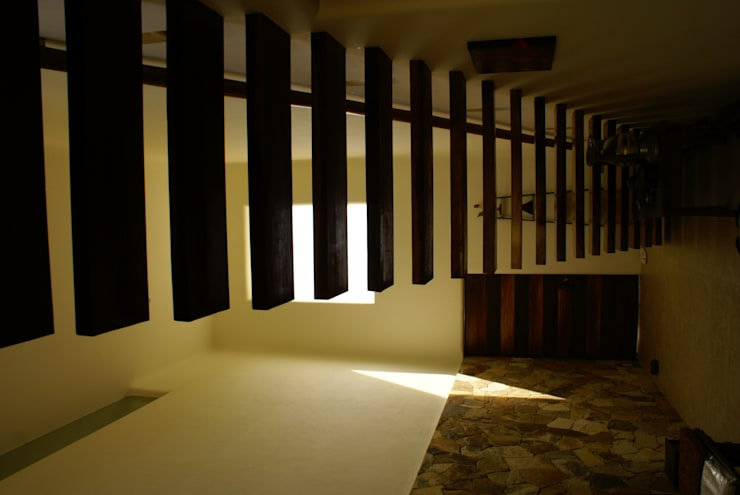 Casa K: Pasillos y recibidores de estilo  por arqflores / architect