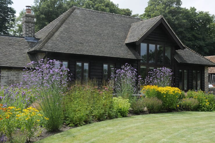 Surrey contemporary country garden:  Garden by Arthur Road Landscapes