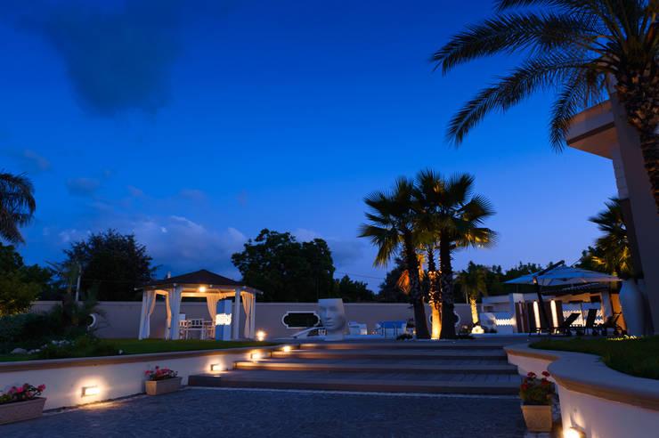 villa monofamiliare con piscina: Piscine in stile  di architecture and design