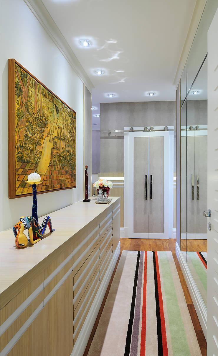 PROJETO IDENTIDADE BRASILEIRA - SUÍTE DO CASAL: Quartos  por Adriana Scartaris design e interiores