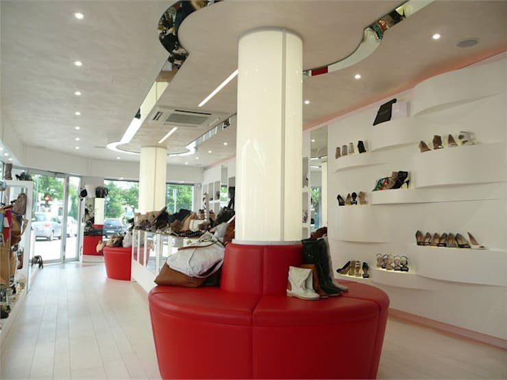 Negozio calzature Elite: Spazi commerciali in stile  di Masi Interior Design di Masiero Matteo