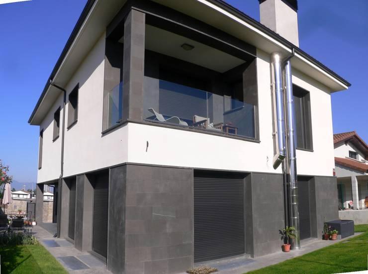 fachada: Balcones y terrazas de estilo  de Muneta Arquitectura S.L.P.