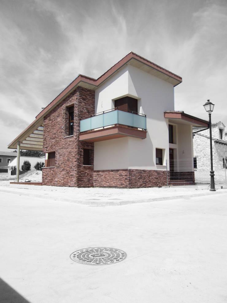 FACHADA EXTERIOR:  de estilo  de BM2C Arquitectos