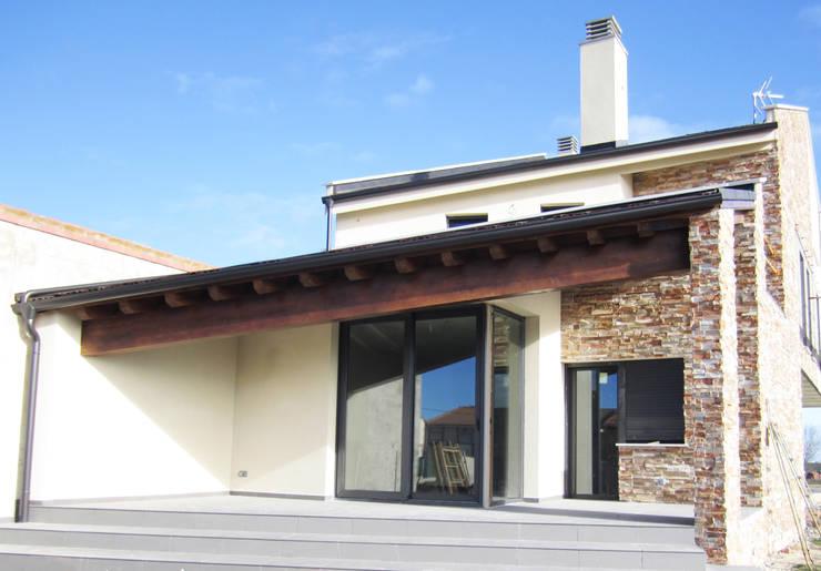 FACHADA INTERIOR: Casas de estilo  de BM2C Arquitectos