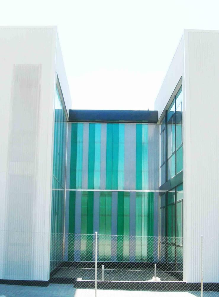 FACHADA EXTERIOR: Oficinas y Tiendas de estilo  de BM2C Arquitectos