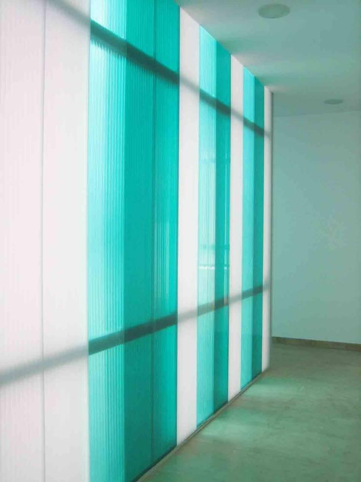 FACHADA POLICARBONATO INTERIOR: Oficinas y Tiendas de estilo  de BM2C Arquitectos