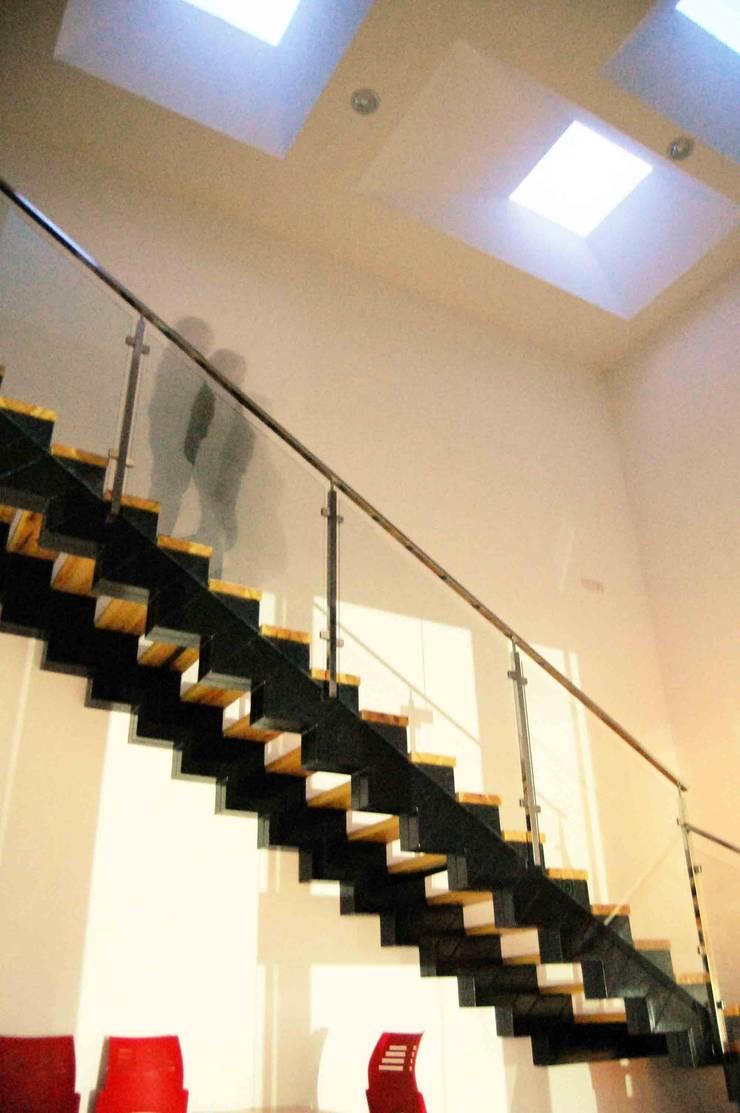 HALL DE ACCESO Y ESCALERA PRINCIPAL: Oficinas y Tiendas de estilo  de BM2C Arquitectos