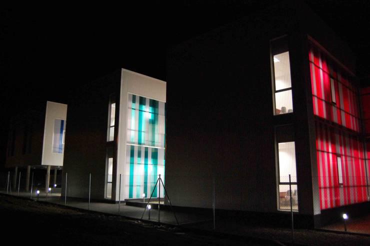 FACHADA EXTERIOR NOCTURNA: Oficinas y Tiendas de estilo  de BM2C Arquitectos