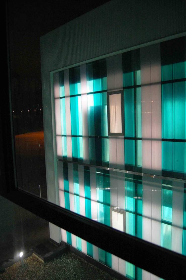 DETALLE NOCTURNA: Oficinas y Tiendas de estilo  de BM2C Arquitectos
