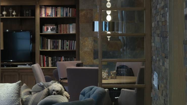 ESS 02: Salas multimedia de estilo  por NIVEL TRES ARQUITECTURA, Rústico