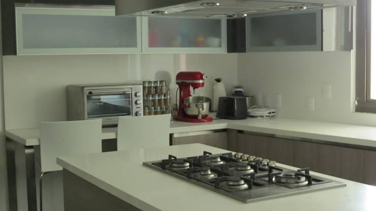 T801 05: Cocinas de estilo  por NIVEL TRES ARQUITECTURA