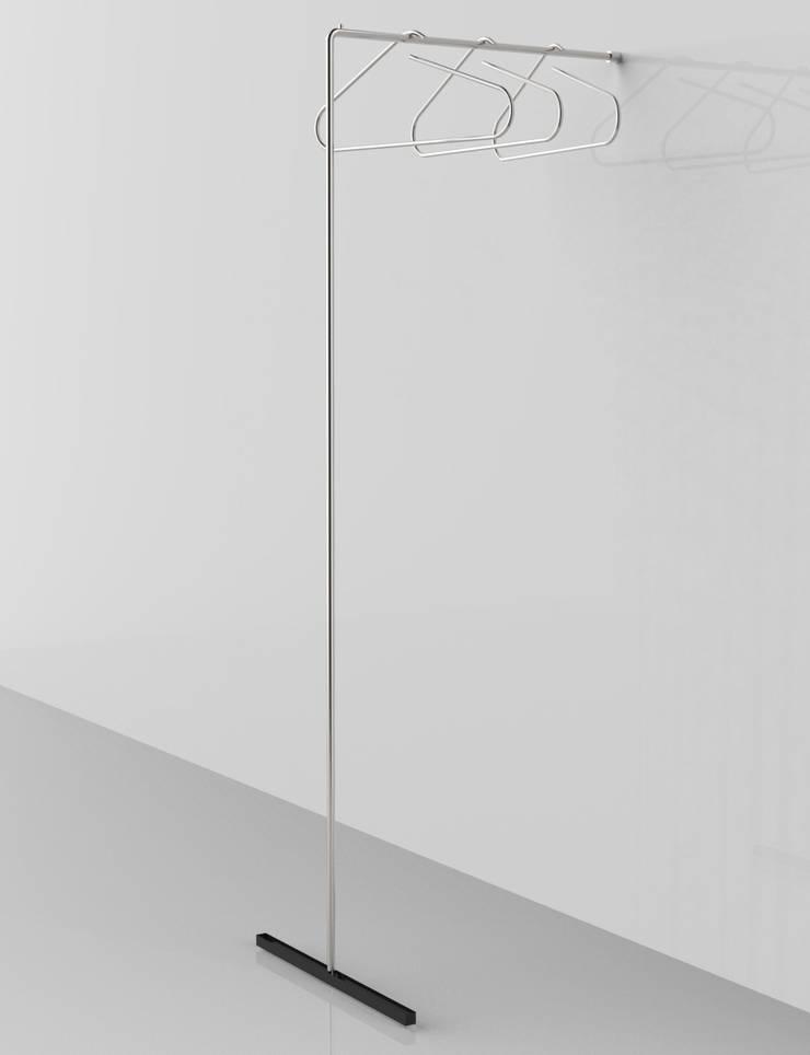 LESS IS MORE, reggi grucce: Ingresso, Corridoio & Scale in stile  di Insilvis Divergent Thinking