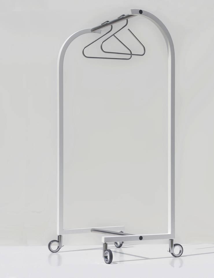 SUNCHARIOT 1, appendiabiti reggi grucce: Ingresso, Corridoio & Scale in stile in stile Minimalista di Insilvis Divergent Thinking